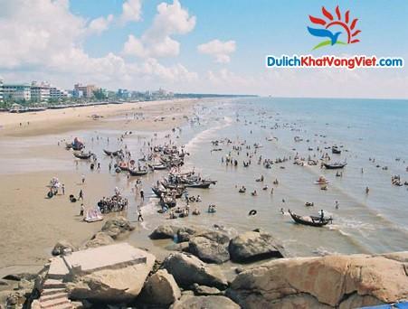 Bãi tắm Sầm Sơn nổi tiếng sôi động