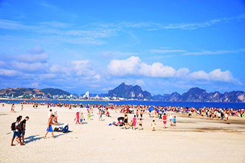 Bãi biển bãi cháy thu hút nhiều khách đến tham quan và tắm biển