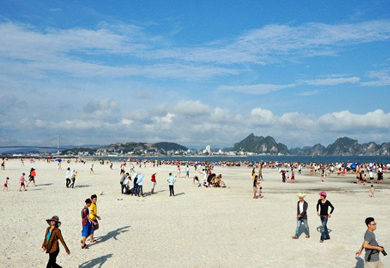 Bãi biển bãi Cháy ngày càng đẹp sau những lần tôn tạo