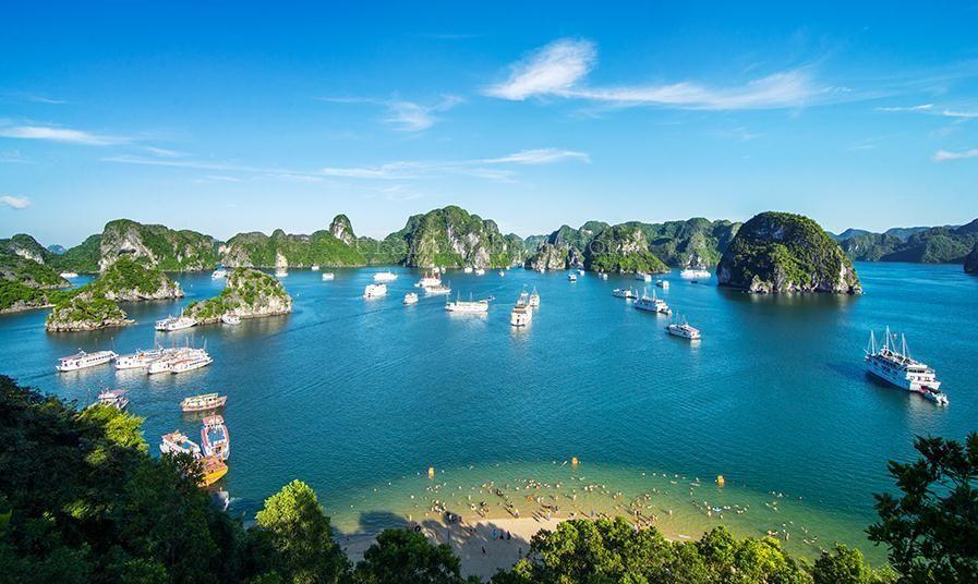 Bãi biển Titop - hòn đảo xinh đẹp nằm trên vịnh Hạ Long thu hút nhiều du khách đến đây tắm biển