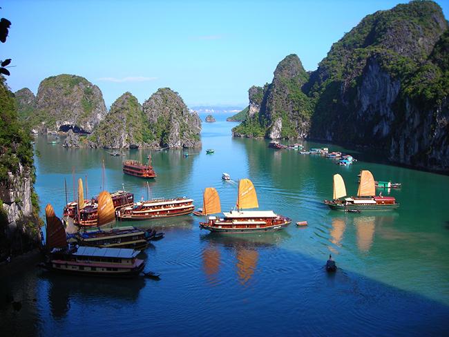 Vịnh Hạ Long rất đẹp bởi hình ảnh những con thuyền, cánh buồm chơi vơi giữa biển vịnh Hạ Long
