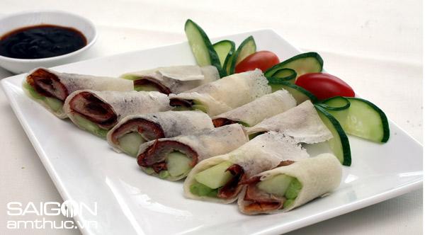 Da thường cắt thành miếng ăn kèm với bánh tráng hoặc dưa chuột
