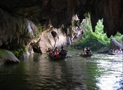 Dùng thuyền nhỏ để khám phá Hang Luồn