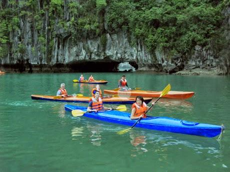 Chèo thuyền để khám phá hồ Ba Hầm