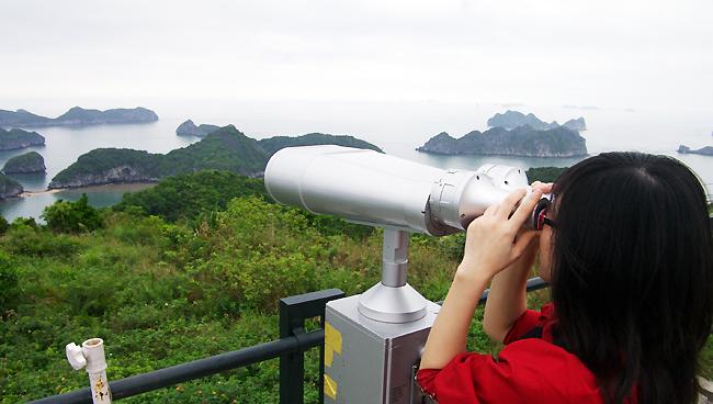 Đứng trên pháo đài Thần Công, du khách có thể ngắm trọn vẹn đảo Cát Bà