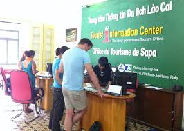 Du khách đến nhà du lịch Sapa để hỏi các thông tin cần thiết