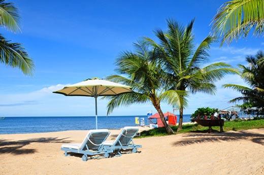 Trên bãi biển chỉ lác đác vài ghế nằm cho du khách