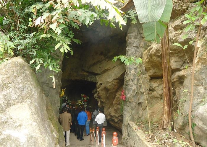Các đoàn khách du lịch ghé thăm Hang Tám Cô